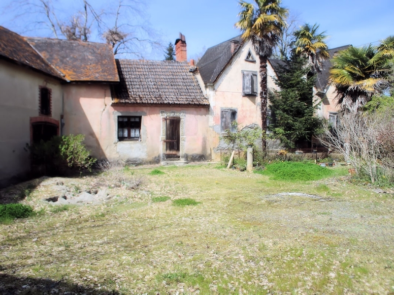 Beautiful bearnaise to renovate on 1,87 hectares.