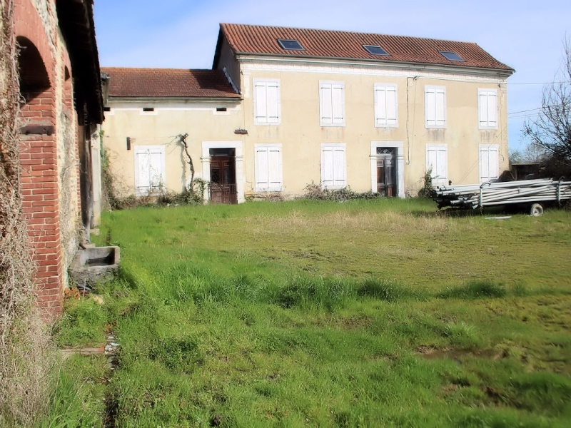 Rural property with numerous outbuildings on 5,23ha.