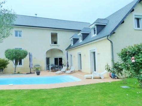 Grande maison de village de charme et sa piscine.
