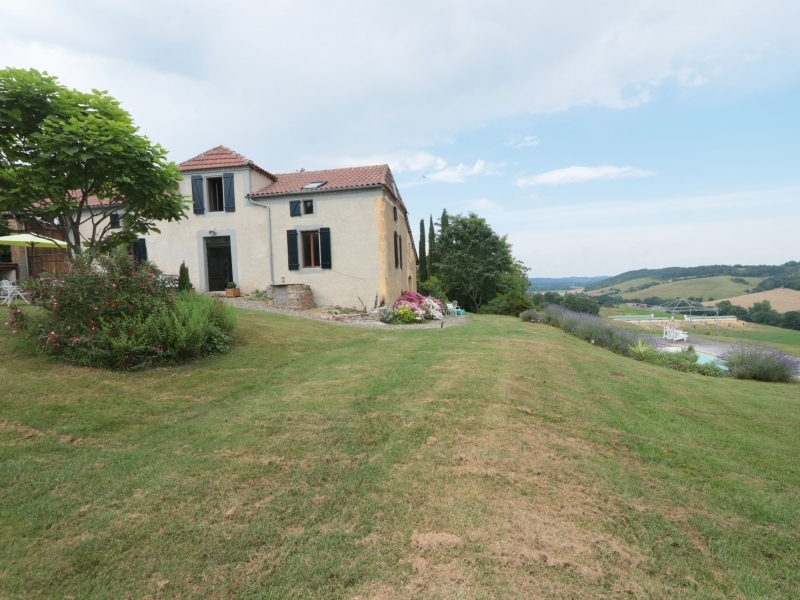 Character farm house with gîte and pool on 6716m².