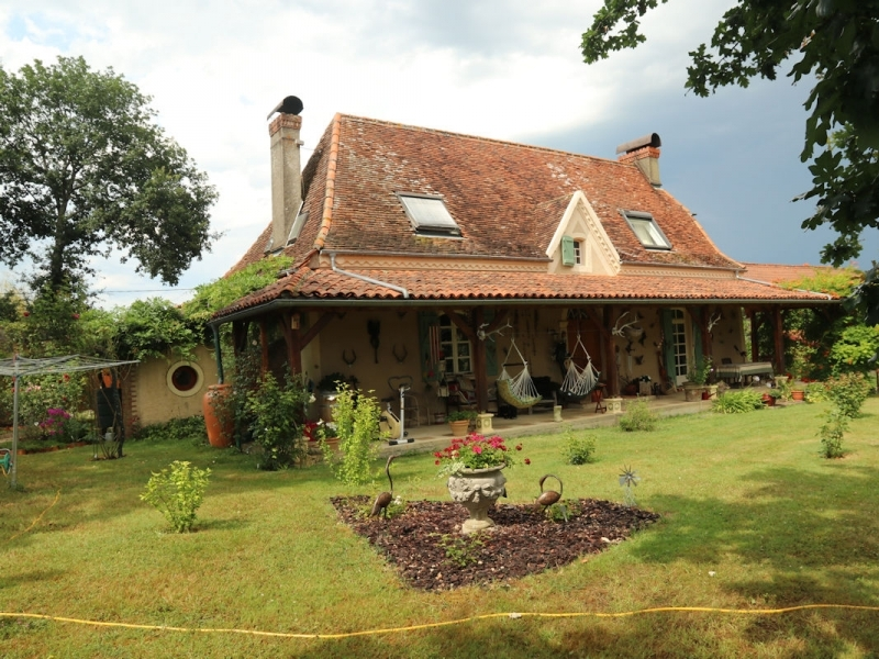 Character Bearnaise farmhouse with pool and gite.