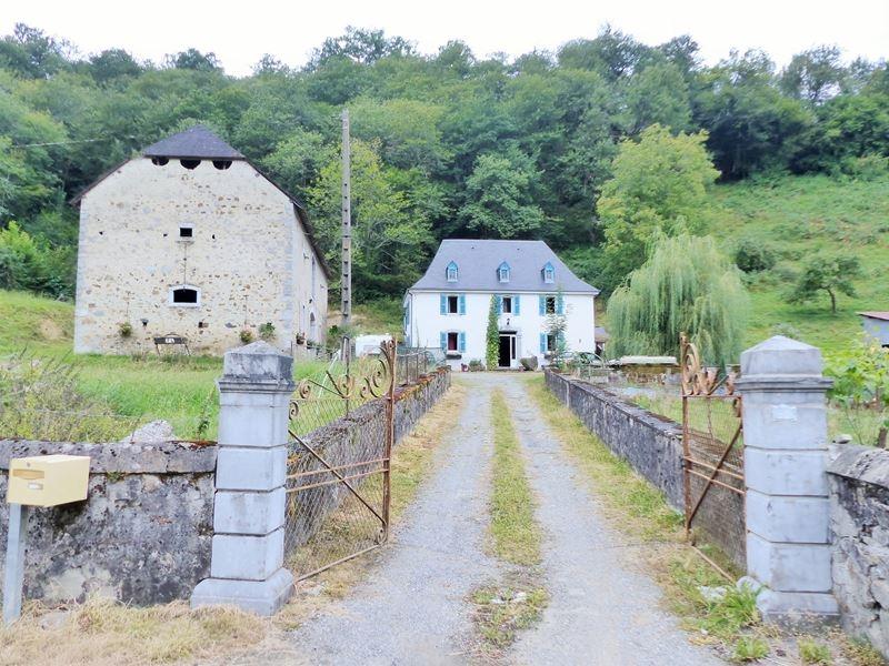 Corps de ferme de 5 chambres sur 2,3 Ha basse montagne.
