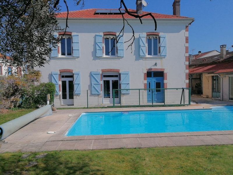 Character house, 300m², 6 bedrooms, pool.