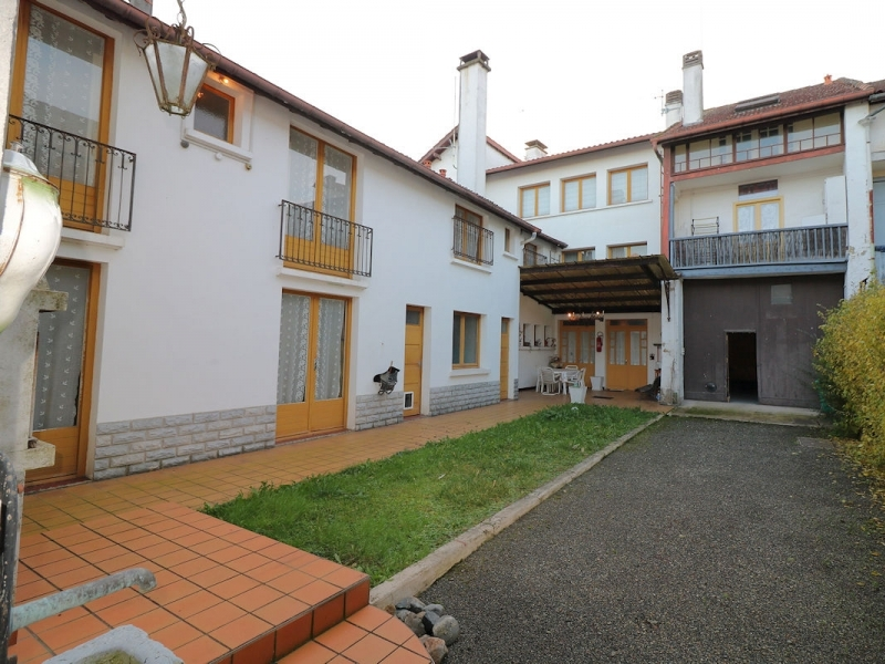 Townhouse, 8 bedrooms, outbuildings, 829m² of land