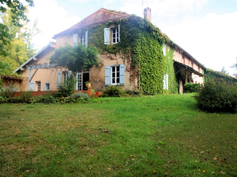 Water mill (420m²) with outbuildings of 7,1Ha of land.